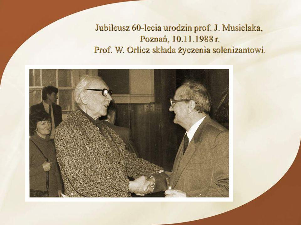 Jubileusz 60-lecia urodzin prof. J. Musielaka, Poznań, 10.11.1988 r. Prof. W. Orlicz składa życzenia solenizantowi Prof. W. Orlicz składa życzenia sol