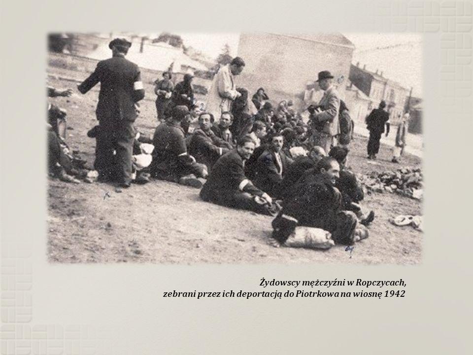 Żydowscy mężczyźni w Ropczycach, zebrani przez ich deportacją do Piotrkowa na wiosnę 1942