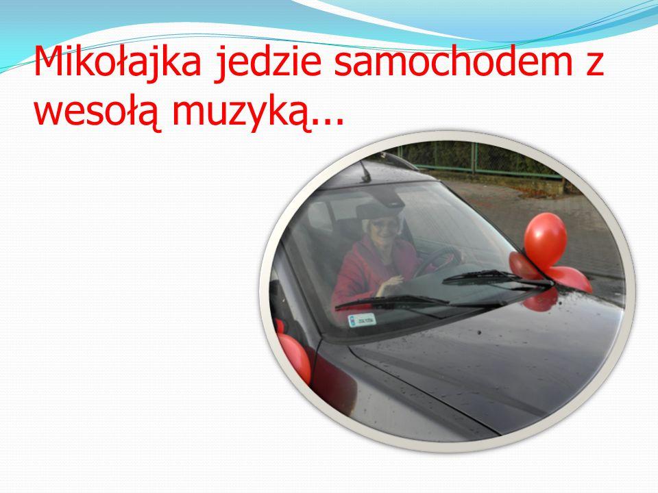 Mikołajka jedzie samochodem z wesołą muzyką...