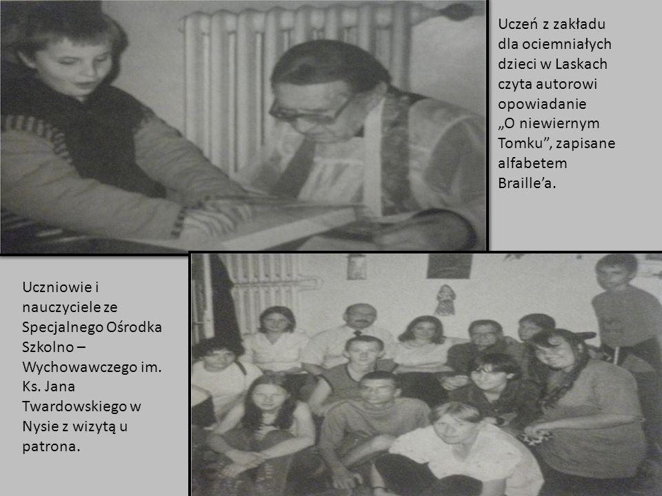 Uczeń z zakładu dla ociemniałych dzieci w Laskach czyta autorowi opowiadanie O niewiernym Tomku, zapisane alfabetem Braillea. Uczniowie i nauczyciele