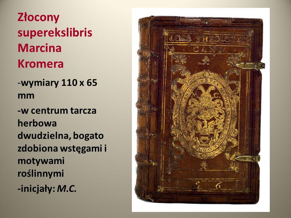 Złocony superekslibris Marcina Kromera -wymiary 110 x 65 mm -w centrum tarcza herbowa dwudzielna, bogato zdobiona wstęgami i motywami roślinnymi -inic