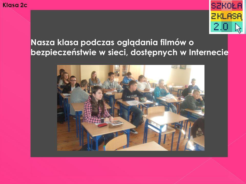 Nasza klasa podczas oglądania filmów o bezpieczeństwie w sieci, dostępnych w Internecie Klasa 2c