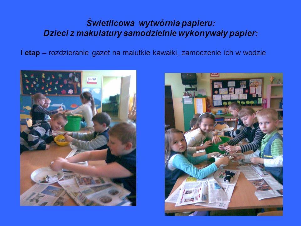 Świetlicowa wytwórnia papieru: Dzieci z makulatury samodzielnie wykonywały papier: I etap – rozdzieranie gazet na malutkie kawałki, zamoczenie ich w w