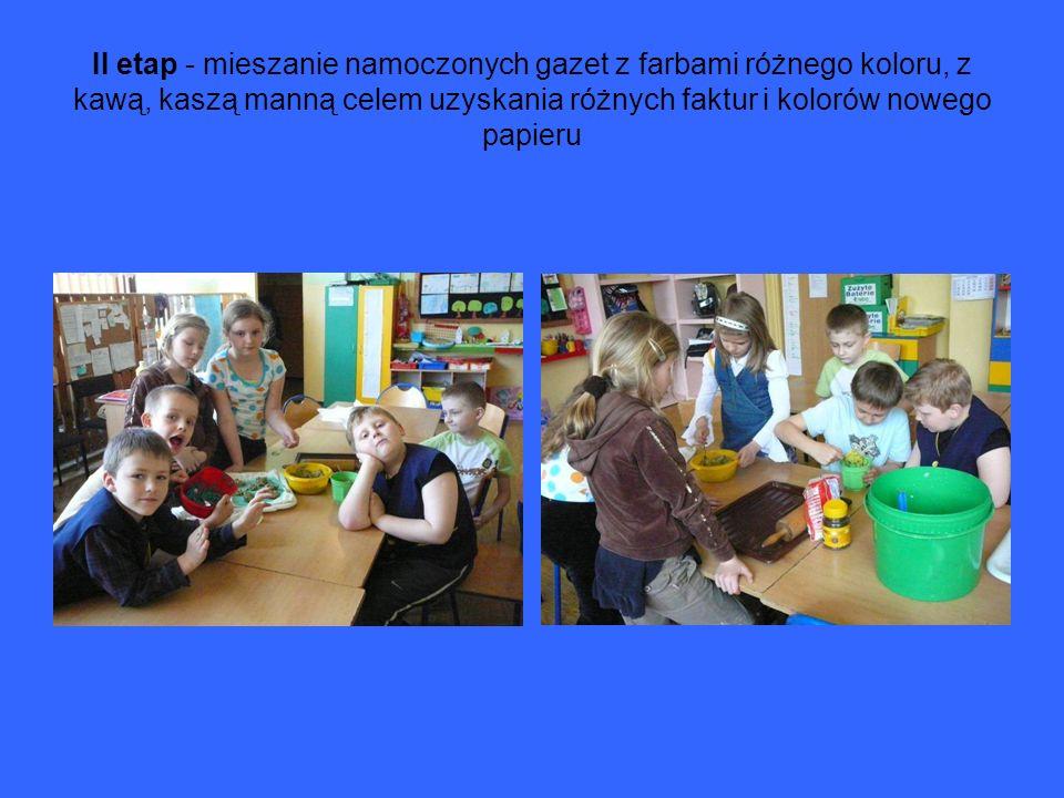 II etap - mieszanie namoczonych gazet z farbami różnego koloru, z kawą, kaszą manną celem uzyskania różnych faktur i kolorów nowego papieru