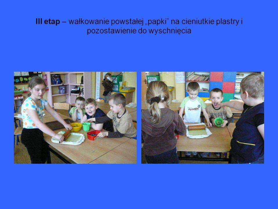 III etap – wałkowanie powstałej papki na cieniutkie plastry i pozostawienie do wyschnięcia