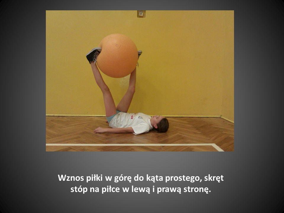 Leżenie tyłem, ręce wzdłuż tułowia, nogi oparte na piłce pod kątem prostym.