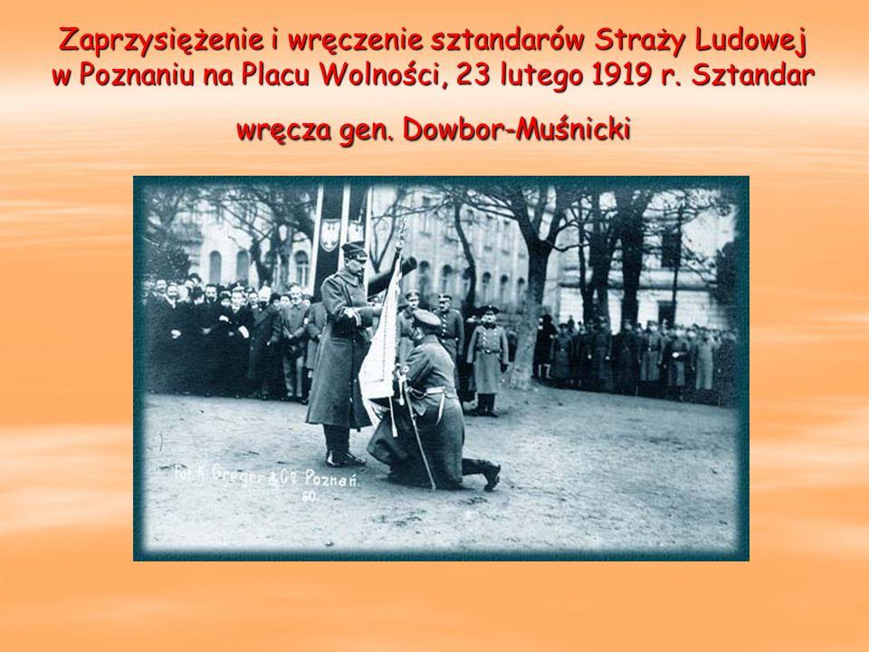 Zaprzysiężenie i wręczenie sztandarów Straży Ludowej w Poznaniu na Placu Wolności, 23 lutego 1919 r. Sztandar wręcza gen. Dowbor-Muśnicki