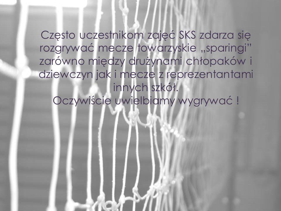 Często uczestnikom zajęć SKS zdarza się rozgrywać mecze towarzyskie sparingi zarówno między drużynami chłopaków i dziewczyn jak i mecze z reprezentant
