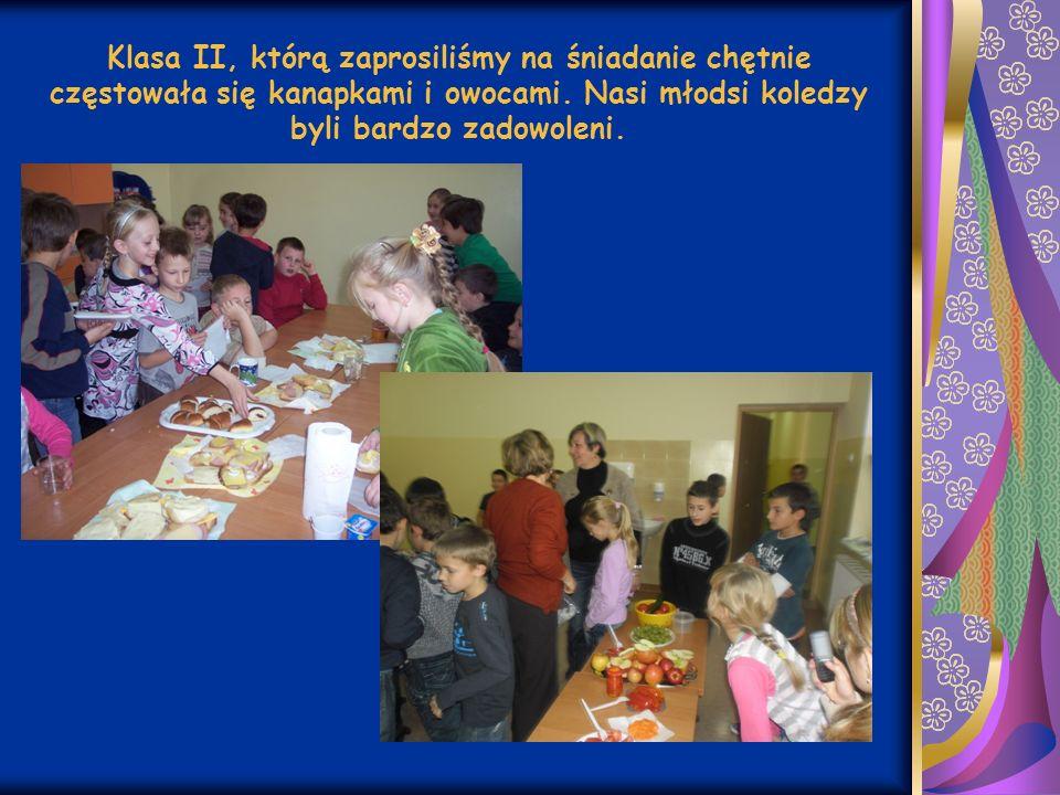 Klasa II, którą zaprosiliśmy na śniadanie chętnie częstowała się kanapkami i owocami.