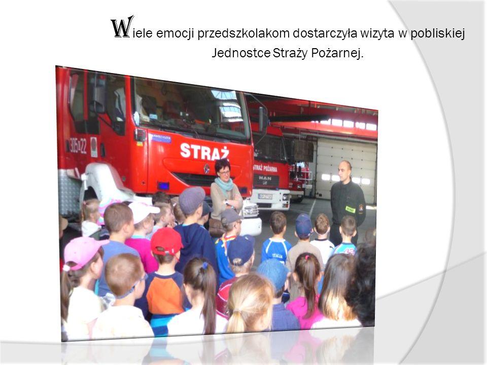 W iele emocji przedszkolakom dostarczyła wizyta w pobliskiej Jednostce Straży Pożarnej.