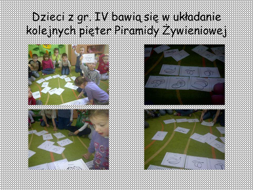Dzieci z gr. IV bawią się w układanie kolejnych pięter Piramidy Żywieniowej