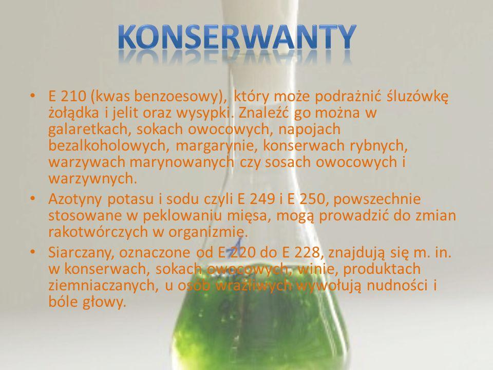 E 210 (kwas benzoesowy), który może podrażnić śluzówkę żołądka i jelit oraz wysypki. Znaleźć go można w galaretkach, sokach owocowych, napojach bezalk