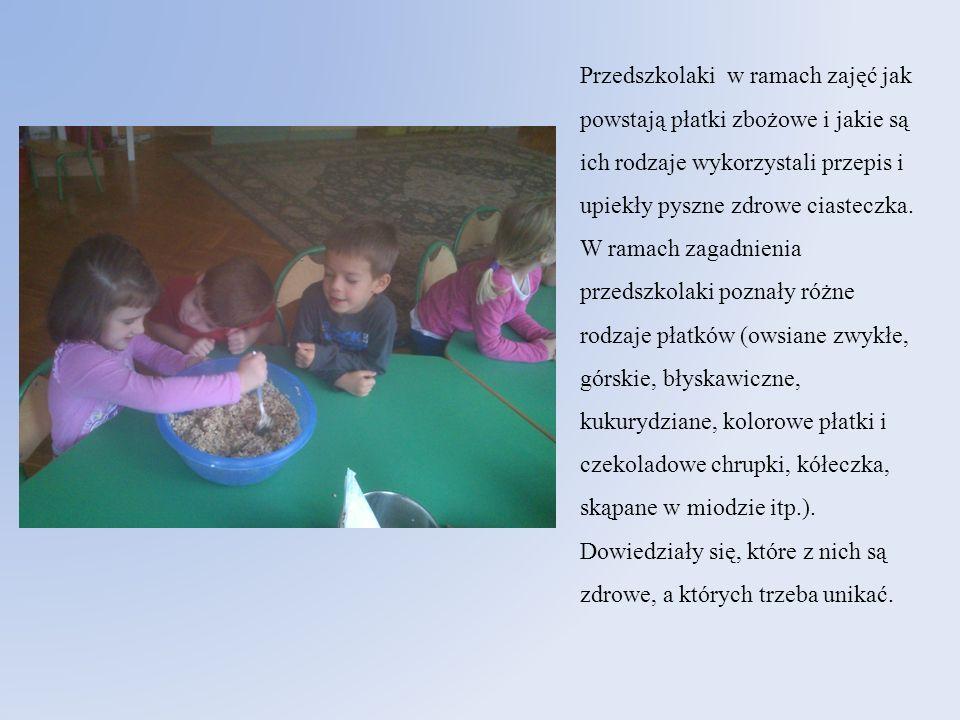 Przedszkolaki w ramach zajęć jak powstają płatki zbożowe i jakie są ich rodzaje wykorzystali przepis i upiekły pyszne zdrowe ciasteczka. W ramach zaga
