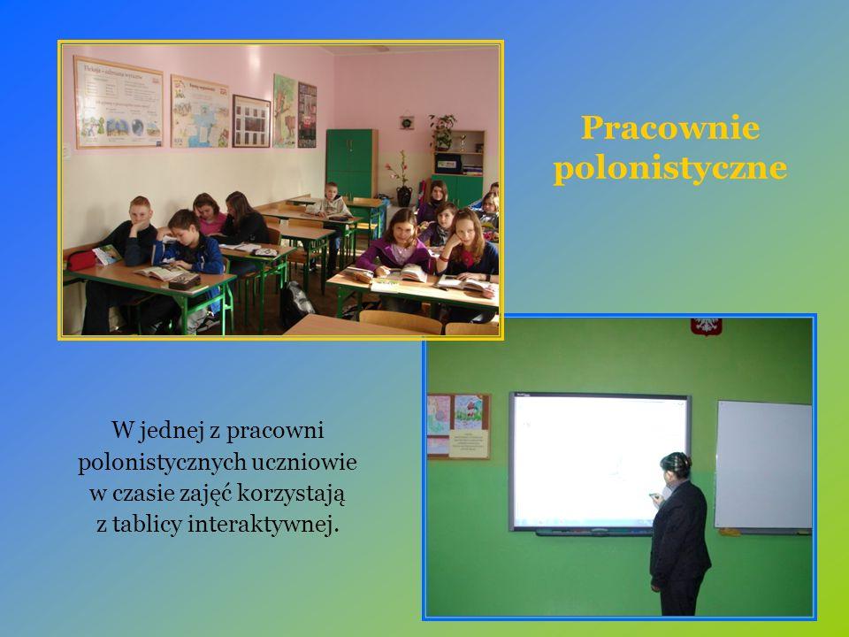 Pracownie polonistyczne W jednej z pracowni polonistycznych uczniowie w czasie zajęć korzystają z tablicy interaktywnej.
