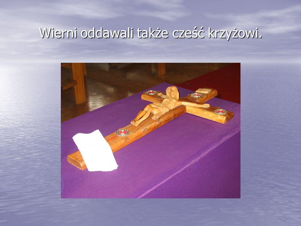 Wierni oddawali także cześć krzyżowi.