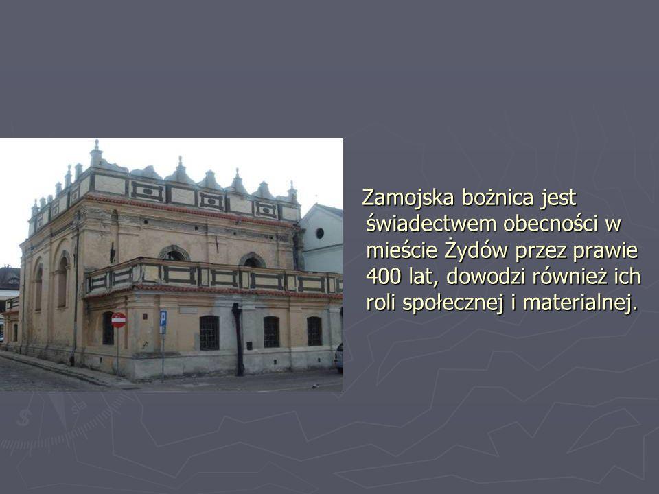 Wnętrze synagogi zdobi wystrój sztukatorski zaliczany do typowych dekoracji renesansowych.