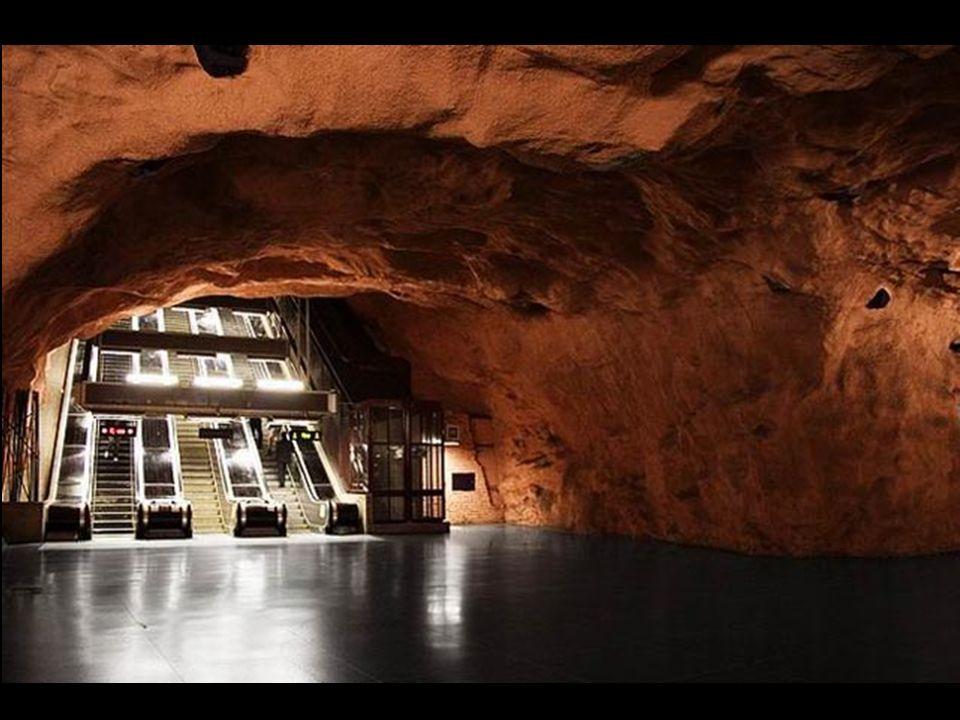 Charakterystyczną cechą Tunnelbany jest specyficzna architektura stacji.
