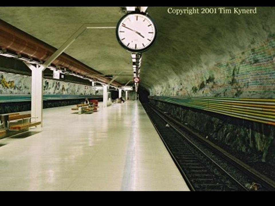 Malowidła ścienne na stacji Rissne przedstawiają historię cywilizacji na ziemi.