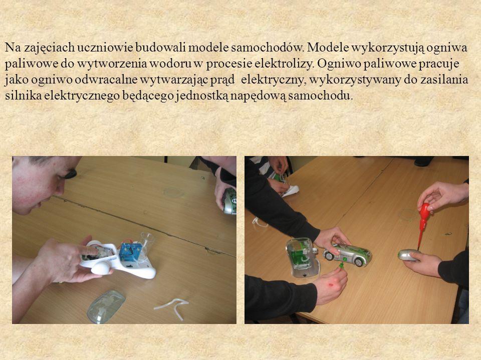 Na zajęciach uczniowie budowali modele samochodów. Modele wykorzystują ogniwa paliwowe do wytworzenia wodoru w procesie elektrolizy. Ogniwo paliwowe p