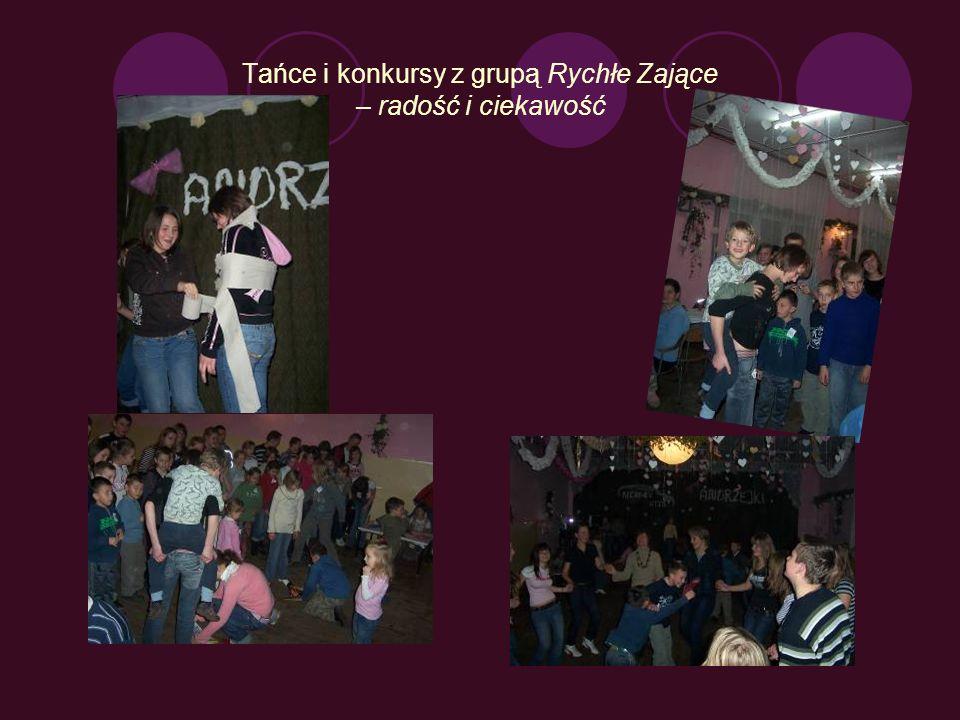 Dzień Rychnowa - 23 listopada 2007 Sołtys Rychnowa Romuald Romaniuk wita wszystkich przybyłych na zabawę andrzejkową dla maluchów: gości z Barlinka, rodziców z dziećmi Dziewczęta prezentują miejscowość.