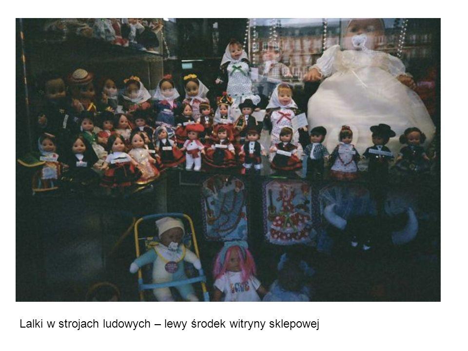 Lalki w strojach ludowych – lewy środek witryny sklepowej