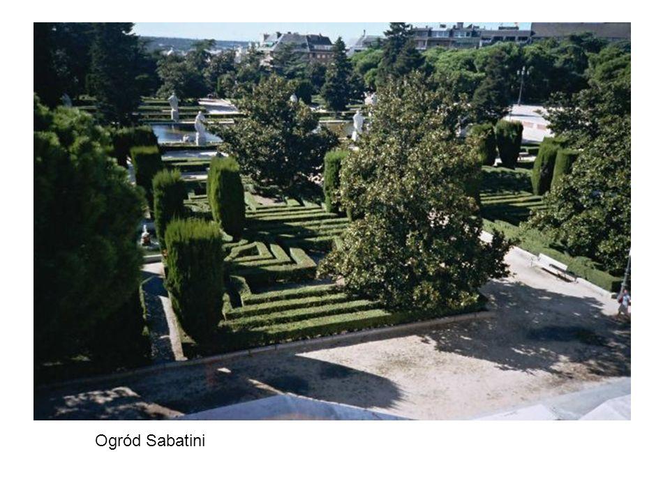 Katedra MB z Almudena na wzgórzu, za nią pałac królewski i ogród Sabatini, po prawej wiadukt – wszystko jest na wzgórzu