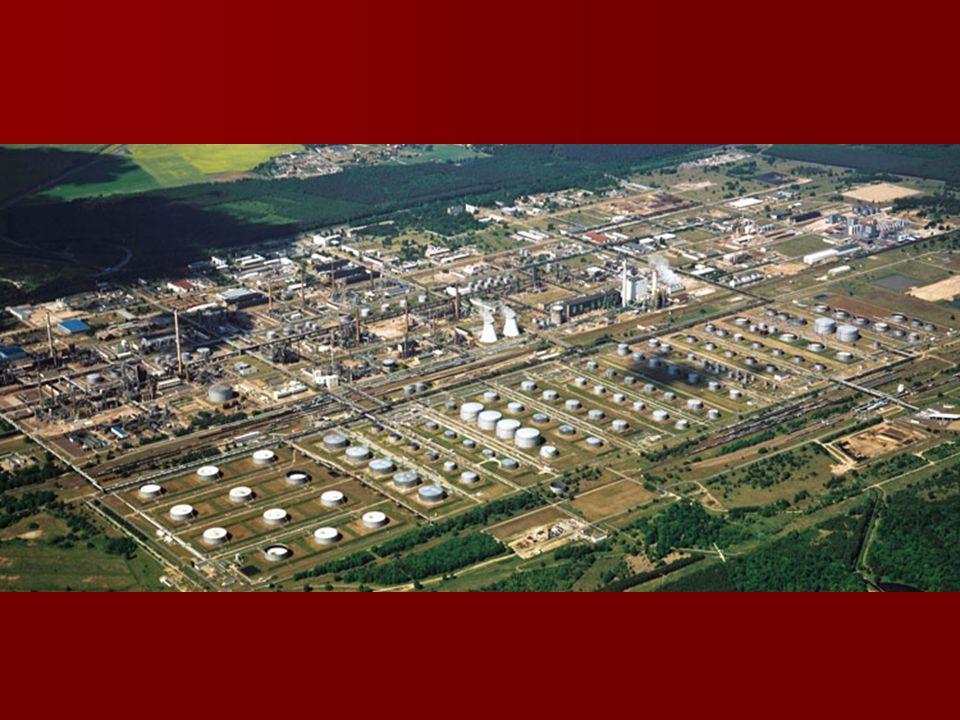 Moc przerobowa urządzeń Destylacja ropy naftowej 10.800 kt/a Destylacja ropy naftowej 10.800 kt/a Destylacja prózniowa 5.500 kt/a Destylacja prózniowa 5.500 kt/a Konwersja katalityczna (FCC) 2.850 kt/a Konwersja katalityczna (FCC) 2.850 kt/a Konwersja termiczna (krakowanie wstepne, HSC) 2.600 kt/a Konwersja termiczna (krakowanie wstepne, HSC) 2.600 kt/a Urzadzenia do reformingu katalitycznego 1.530 kt/a Urzadzenia do reformingu katalitycznego 1.530 kt/a Alkilowanie 330 kt/a Alkilowanie 330 kt/a Izomeryzacja 575 kt/a Izomeryzacja 575 kt/a ETBE96 kt/a ETBE96 kt/a Instalacje odsiarczajace Instalacje odsiarczajace –do benzyny 2.200 kt/a –do nafty i destylatów srednich 5.300 kt/a –do destylatów prózniowych 3.300 kt/a Produkcja asfaltów 420 kt/a Produkcja asfaltów 420 kt/a Produkcja siarki 160 kt/a Produkcja siarki 160 kt/a Produkcja zwiazków aromatycznych 230 kt/a Produkcja zwiazków aromatycznych 230 kt/a Produkcja kwasu tereftalowego 83 kt/a Produkcja kwasu tereftalowego 83 kt/a Elektrocieplownia Elektrocieplownia –Wytwarzanie pary 1.550 t/h –Produkcja energii elektrycznej 300 MW