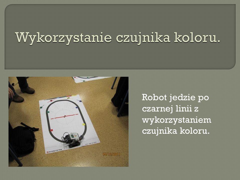 Robot jedzie po czarnej linii z wykorzystaniem czujnika koloru.