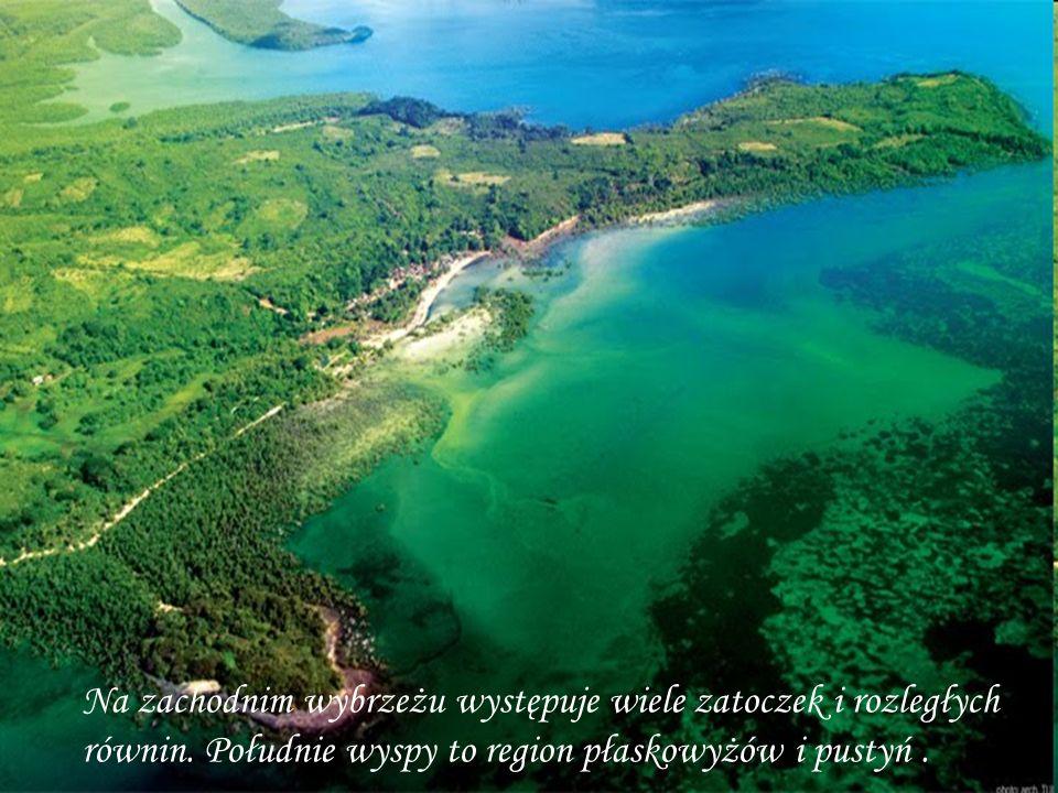 Na zachodnim wybrzeżu występuje wiele zatoczek i rozległych równin. Południe wyspy to region płaskowyżów i pustyń.