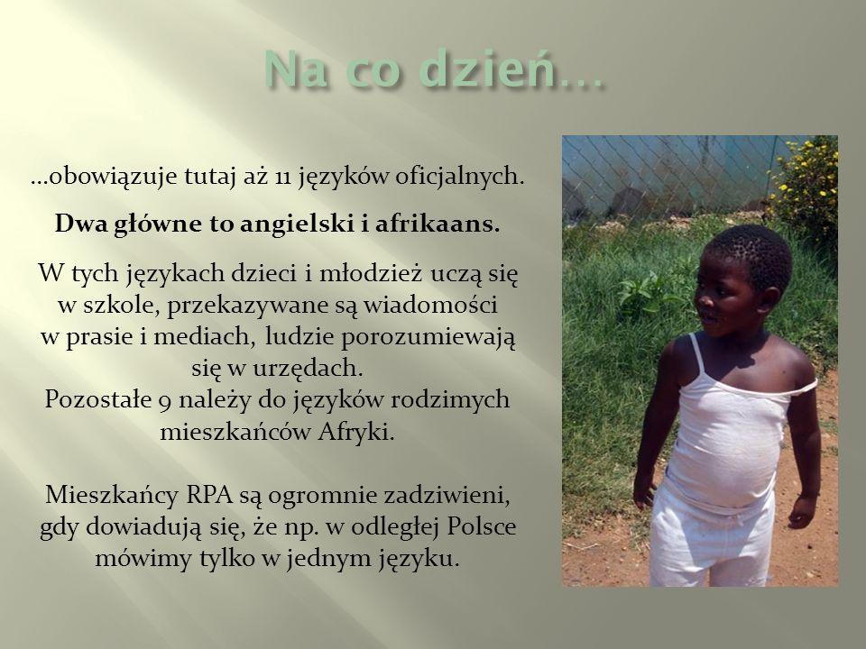 …obowiązuje tutaj aż 11 języków oficjalnych. Dwa główne to angielski i afrikaans. W tych językach dzieci i młodzież uczą się w szkole, przekazywane są