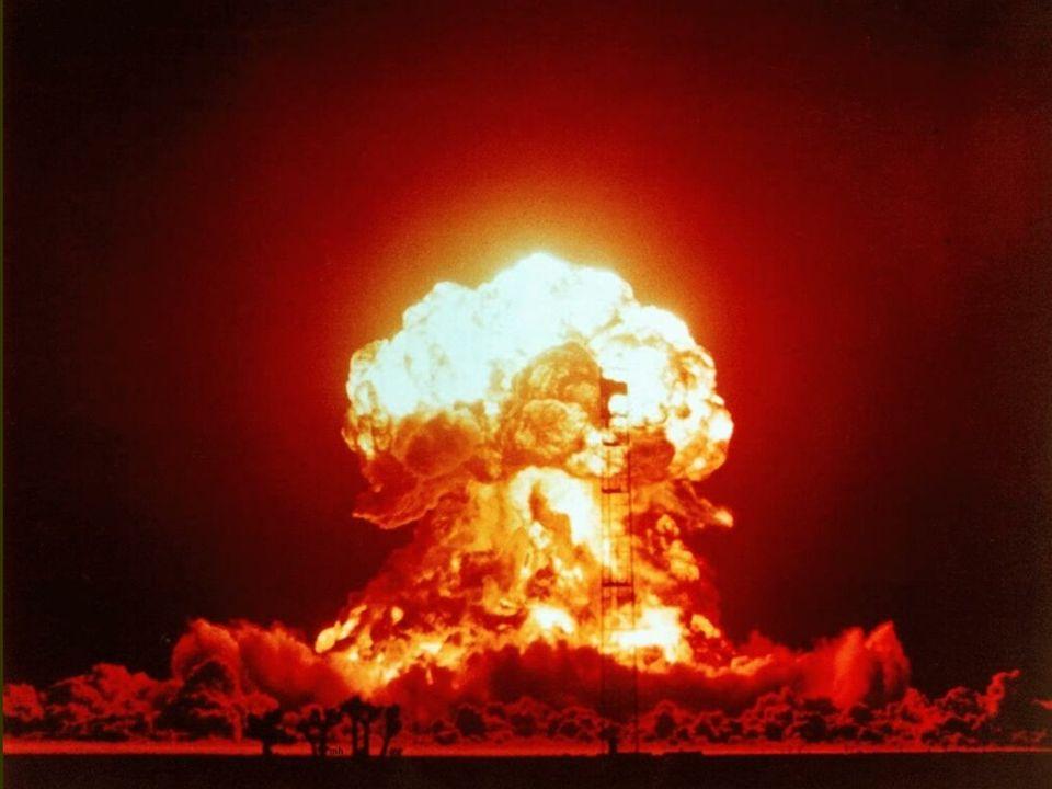 Dzi ę ki istnieniu tej broni powstało przekonanie o mo ż liwo ś ci pokonania przeciwnika bez u ż ycia ogromnych armii, do zadania du ż ych zniszcze ń na obszarze przeciwnika wystarczy samolot bombowy, pocisk artyleryjski lub rakieta przenosz ą ca atomowe głowice bojowe.