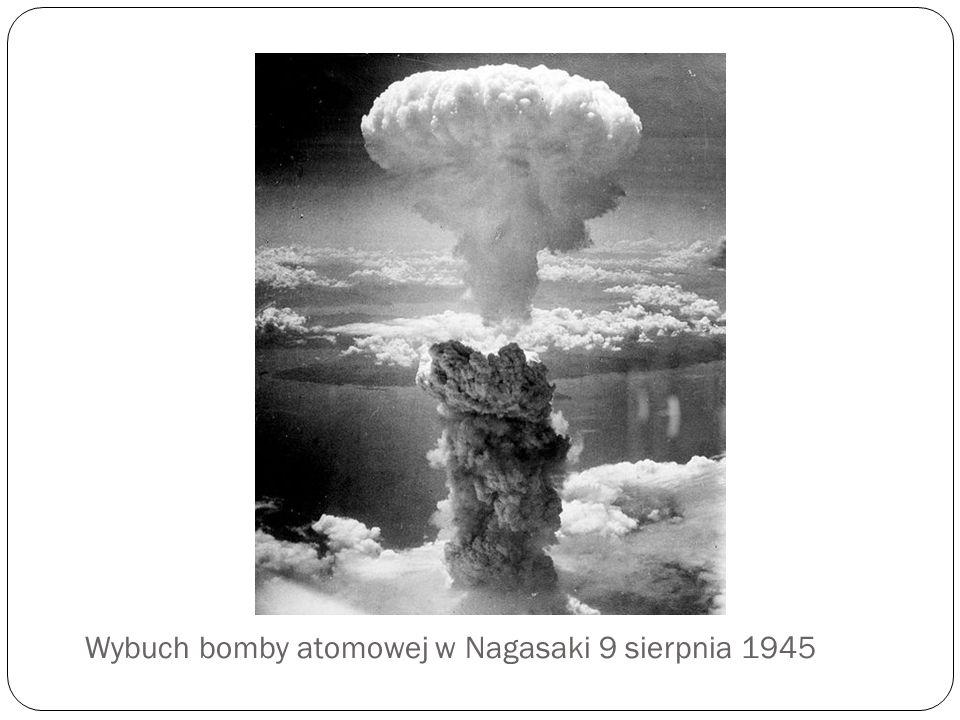 Zasada działania bomby atomowej polega na wytworzeniu/przekroczeniu w jak najkrótszym czasie masy krytycznej ładunku jądrowego.