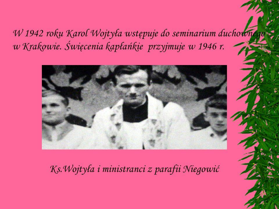 W 1942 roku Karol Wojtyła wstępuje do seminarium duchownego w Krakowie.