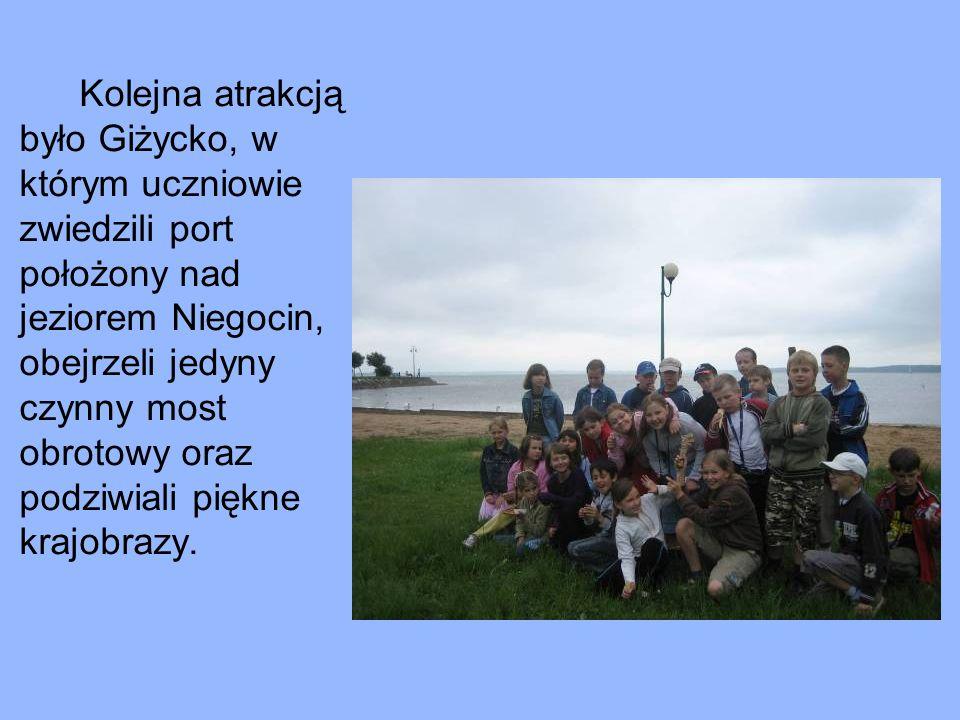 Kolejna atrakcją było Giżycko, w którym uczniowie zwiedzili port położony nad jeziorem Niegocin, obejrzeli jedyny czynny most obrotowy oraz podziwiali