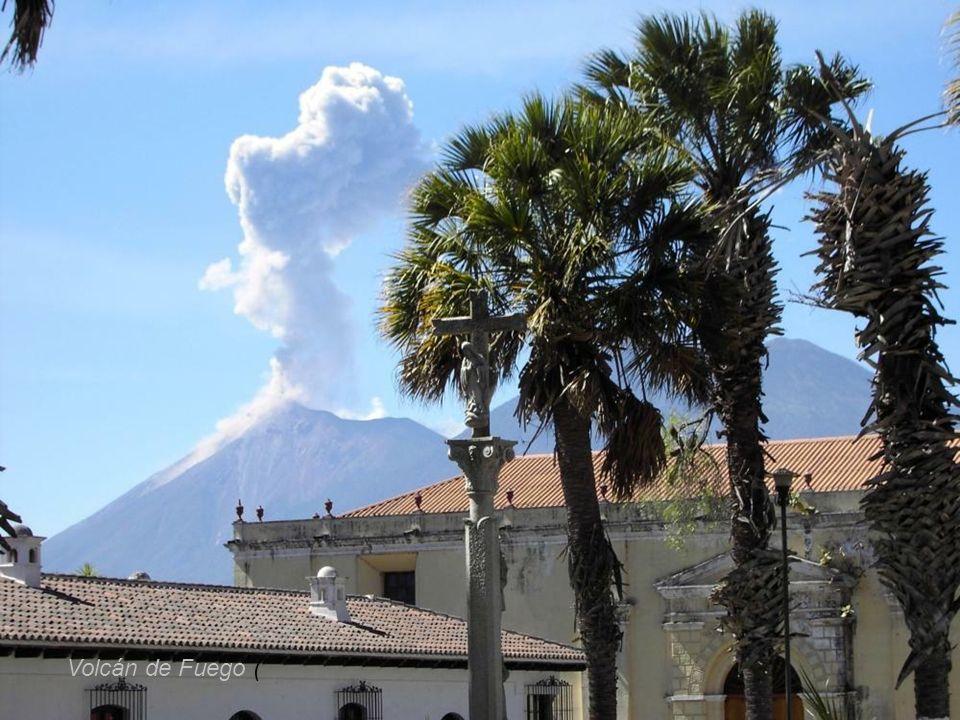 W płd.Gwatemali na wysokości 3763 m wznosi sie Volcán de Fuego (hiszp.