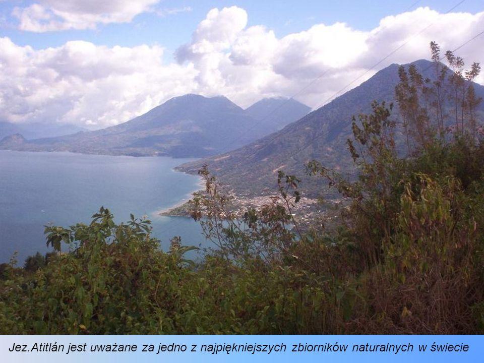 Jezioro Atitlán zasila uprawy kawy, zboża, cebuli, fasoli, dyni, pomidorów, ogórków, czosnku, chile verde, truskawek i awokado. Zbiornik jest bogaty w
