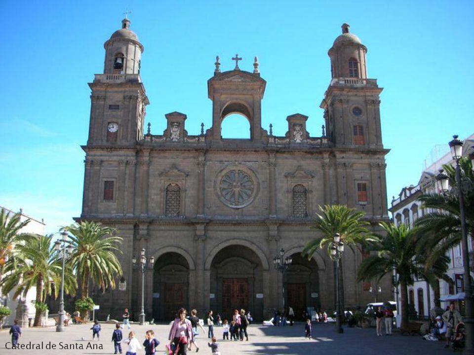 Nazwę Las Palmas de Gran Canaria nadano miastu w roku 1515. Wcześniejsza nazwa to Real de Las Palmas. Nazwę Las Palmas de Gran Canaria nadano miastu w