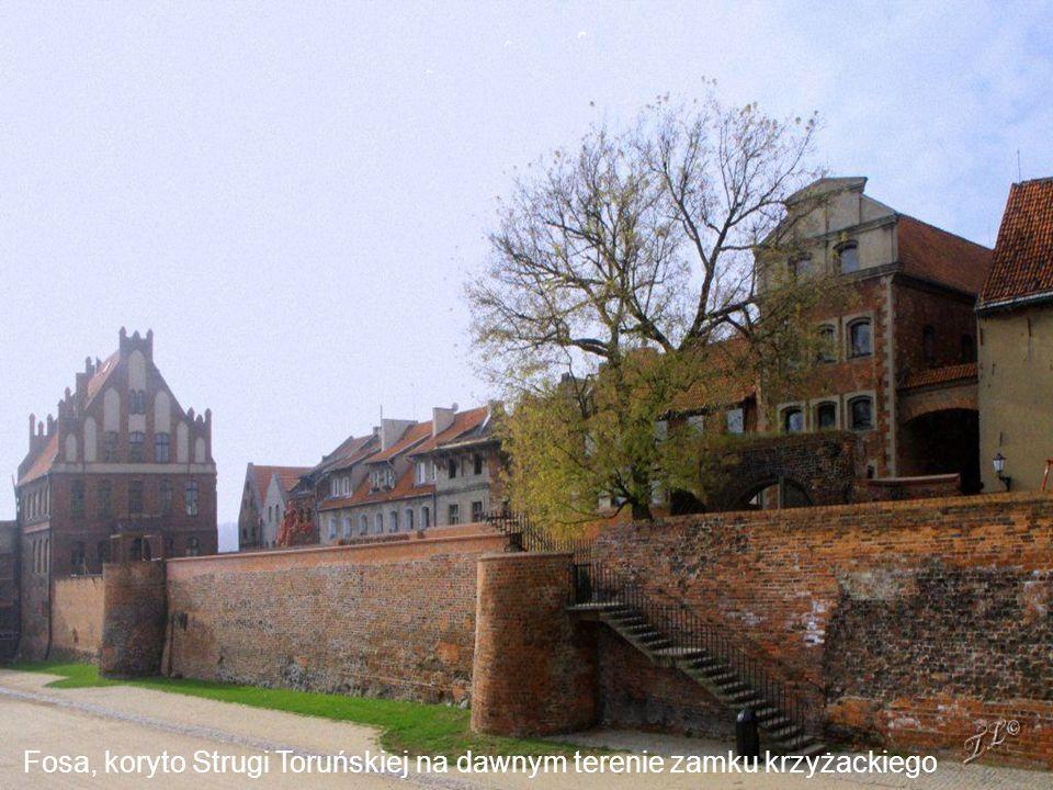 Ul. Podmurna –Dwór Mieszczański Zbudowany w XV w. prawdopodobnie z materiału z rozebranego zamku krzyżackiego. Służył Bractwu św. Jerzego
