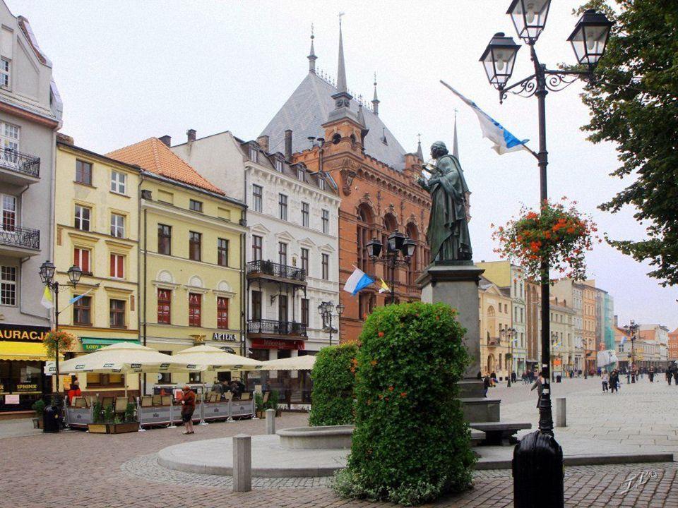 Ratusz i pomnik Mikołaja Kopernika
