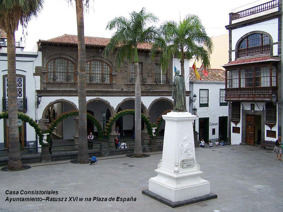 Avenida Maritima Typowe drewniane, ukwiecone balkony
