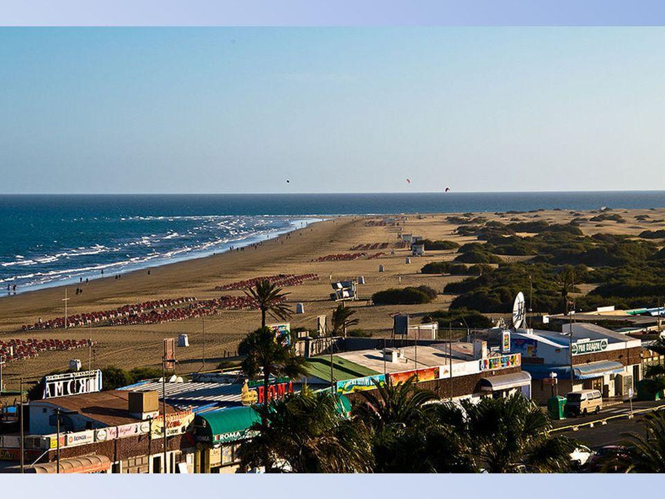 Playa del Inglés to najbardziej oblegana turystycznie miejscowość na południowym krańcu wyspy ze słynną na Gran Canarii plażą. Plaża ta łączy się z są