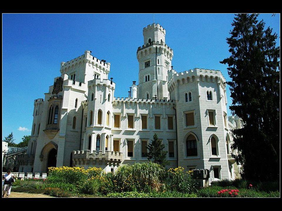 Zamek Hluboká nad Wełtawą przyciąga uwagę zwiedzających swoją monumentalnością.