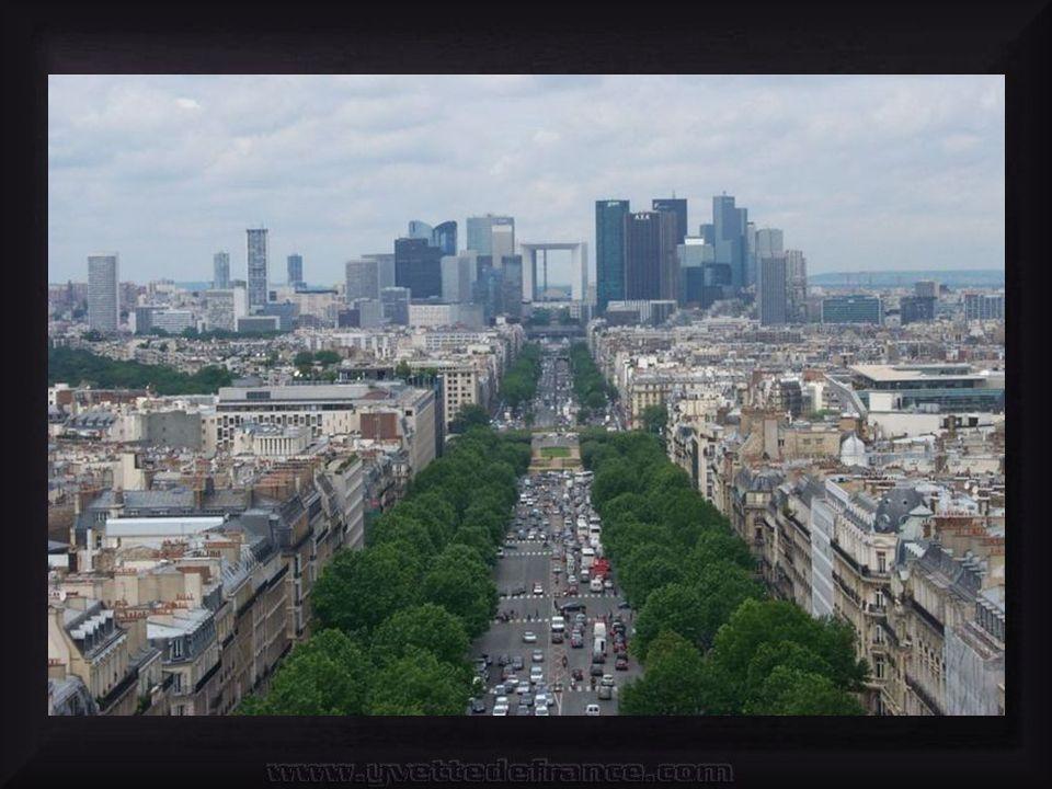 Na zachodnim krańcu dzielnicy znajduje się La Grande Arche de La Défense (Wielki Łuk) stojący na linii, będącej przedłużeniem Paryskiej Osi Historycznej, zaczynającej się od Luwru a kończącej się na Łuku Triumfalnym.