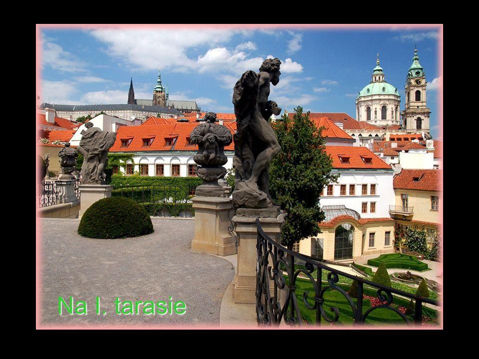 Tarasowy ogród barokowy ma powierzchnię 3000 m 2.