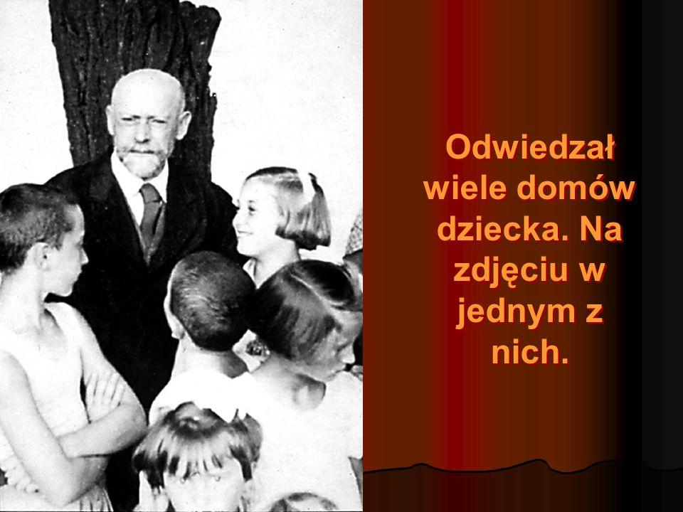 Odwiedzał wiele domów dziecka.Na zdjęciu w jednym z nich.