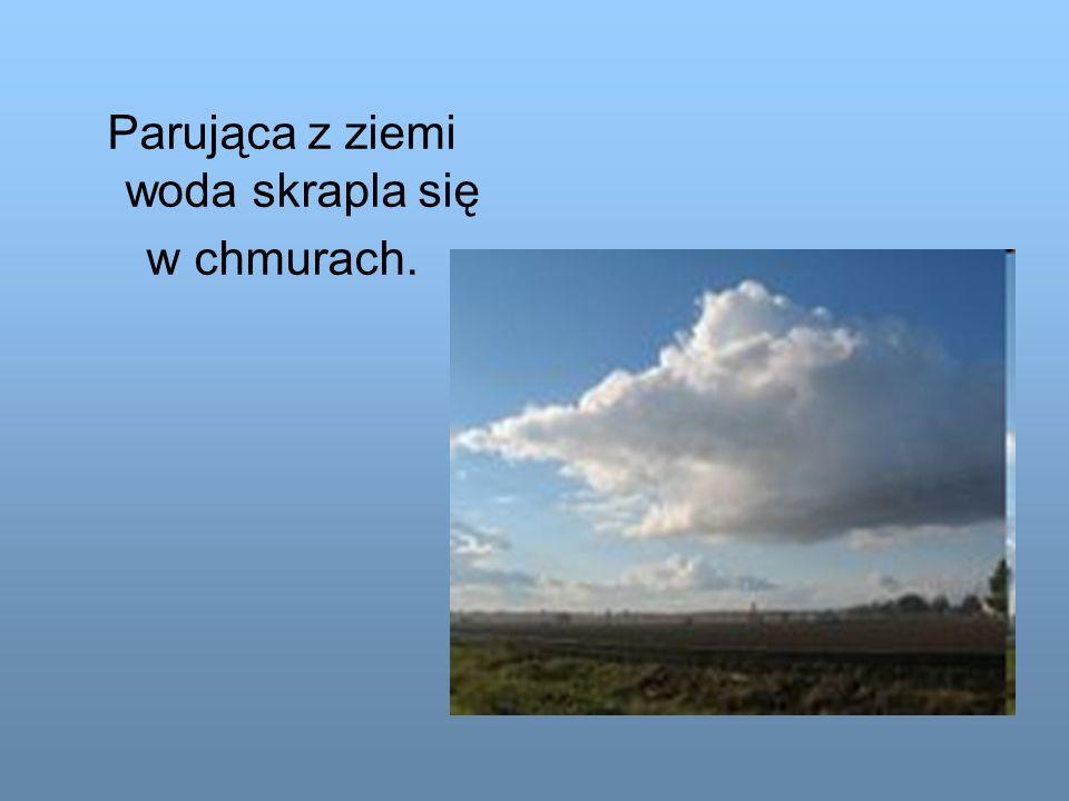 Parująca z ziemi woda skrapla się w chmurach.