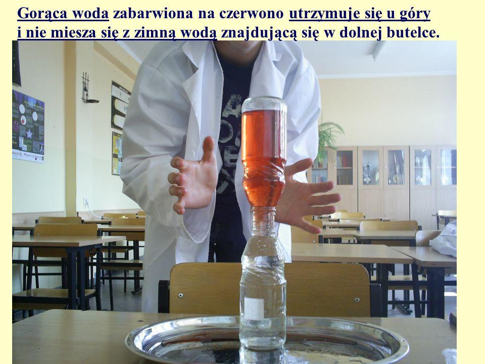 Gorąca woda zabarwiona na czerwono utrzymuje się u góry i nie miesza się z zimną wodą znajdującą się w dolnej butelce.