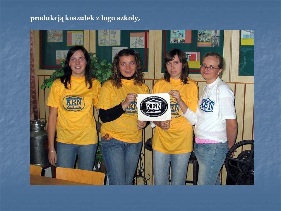produkcją koszulek z logo szkoły,