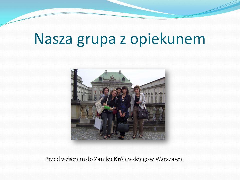 Nasza grupa z opiekunem Przed wejściem do Zamku Królewskiego w Warszawie