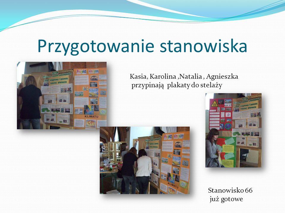 Przygotowanie stanowiska Kasia, Karolina,Natalia, Agnieszka przypinają plakaty do stelaży Stanowisko 66 już gotowe